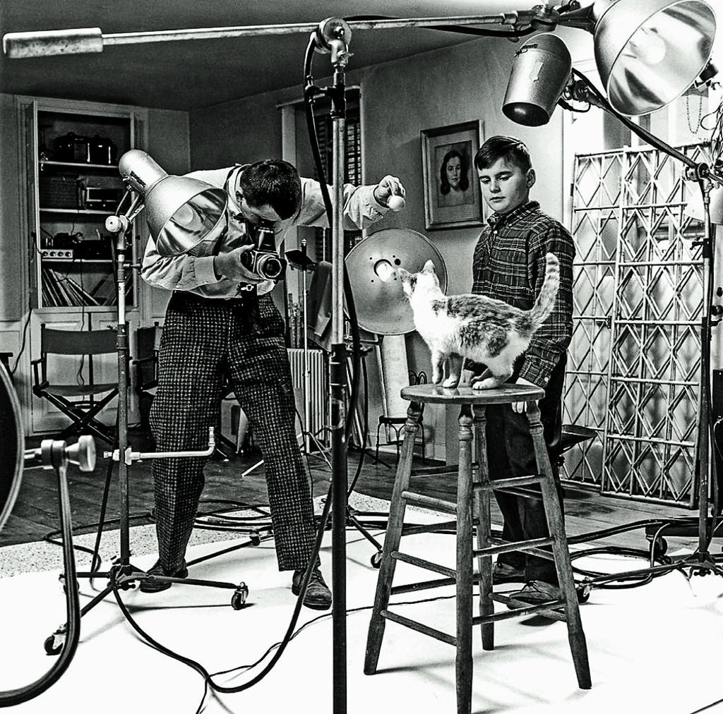 Φωτογράφιση στο στούντιό του, το 1961, µε βοηθό τον γιο του Ενρίκο.